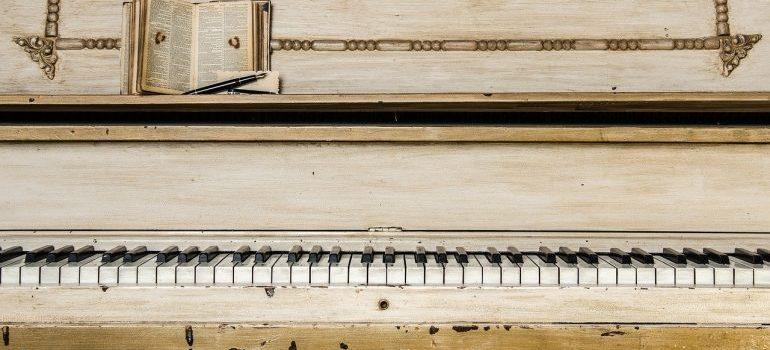 A white piano.